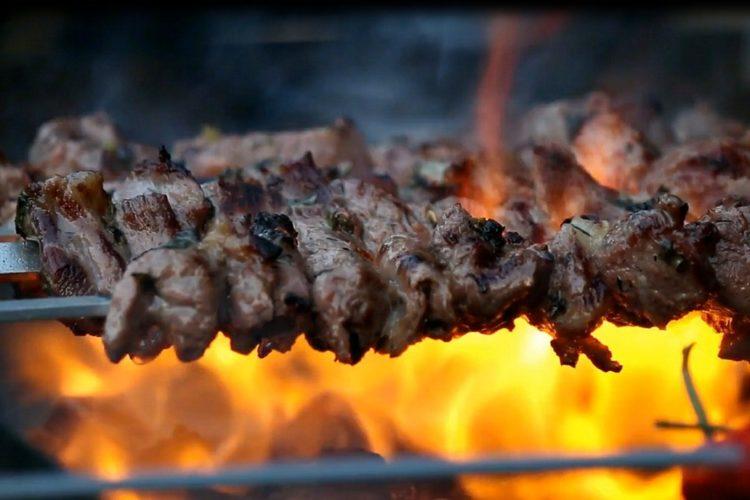 Wildfleisch grillen über Feuer